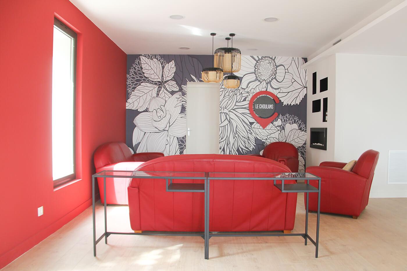 Une table, un radiateur type cheminée dans la salle de réunion de Lyon 5